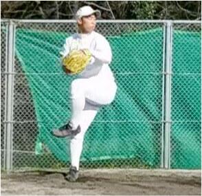 ピッチングでも足を上げて沈み込みを開始したときに左右の手をグローブの中からポンッと落下させることで効率よく右腕を持ち上げることができます。