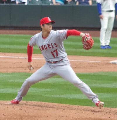 大谷投手の重心移動をみてみると、両肩ラインが平行に近いのが分かると思います。
