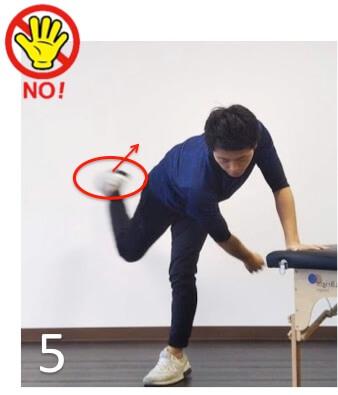 フォロースルートレーニングのよくない例です。股関節をしっかり回せていません。