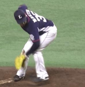 プロ野球選手のテイクバックを見てみましょう。重心移動の初期でグラブ側の肩を大きく下げて投げる腕が天井向きになりやすいように準備をしています。