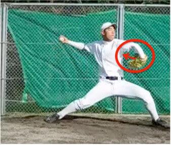 肘があがりきってステップ足が着地する直前のタイミングでグローブの向きを見てみましょう。  この投手のようにグローブのキャッチャーする面が自分を向いているでしょうか?この動きがあることで肘から先が安定して左手に力が入りやすくなり、回転運動のときに左手を力強く引くことができます。
