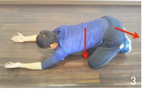 うつぶせになって脇の辺りを伸ばす脇ストレッチです。