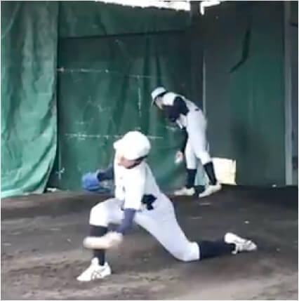 アンダースローは地面に近いとても低い位置でリリースしますが  ボールを加速させるのに必要なことは  ポイント テイクバックではボールの位置をなるべく高くすることです。この高低差が大きいほど球速がアップしやすくなります。