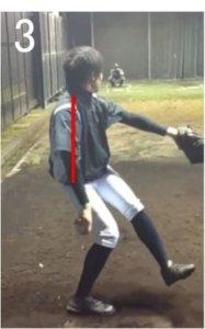 沈み込みのときに  体幹が直立していることで 膝に力がかかって股関節にパワーをためることができていません。もう少しお尻を後ろに引き、体幹を前傾させてくの字を作って並進移動をすると下半身から上半身への力の伝達がスムーズになります。