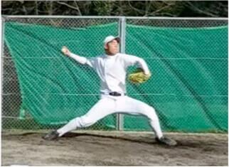 速いボールを投げるには、骨盤・下半身→上半身へと全身が連動しながら高速で加速して最終的にリリースでMaxの力を出せなければいけません。ステップ足が着地した瞬間は体重移動が終わって骨盤・下半身からの回転運動に切り替わる瞬間ですが、  このときの形がよくないと回転運動で全身が連動せずに球速が出にくいand肩・肘にかかる負担が増えることになってしまいます。