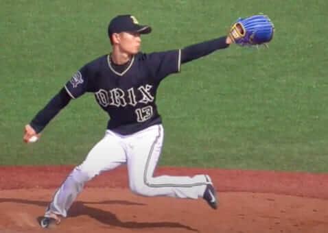体重移動を始める瞬間ですが、以下の2点に注目して見てみましょう。  左膝のお皿の向き 左膝と左足先の位置関係 まず、一つ目は左膝の向きについてですが、膝のお皿が三塁側を向いているのが分かると思います。  くの字を作るためには、膝のお皿がが三塁側を向かなければならず、そのためには股関節を閉じた状態(股関節内旋)にする必要があります。くの字ステップではこの股関節を閉じる動きが重要です。