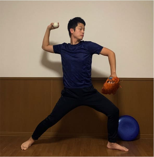 右ひじが右肩とほとんど同じ高さにあるのが理想的です。ひじがきちんと上がっていると、上体の回転に腕が連動しやすく、リリースポイントが安定します。しかし。テイクバックをスムーズにとれずに右ひじが低いままだと、上体の回転に腕が連動せずにバラバラな投球フォームになり、ボールをコントロールするのが難しくなってしまいます。