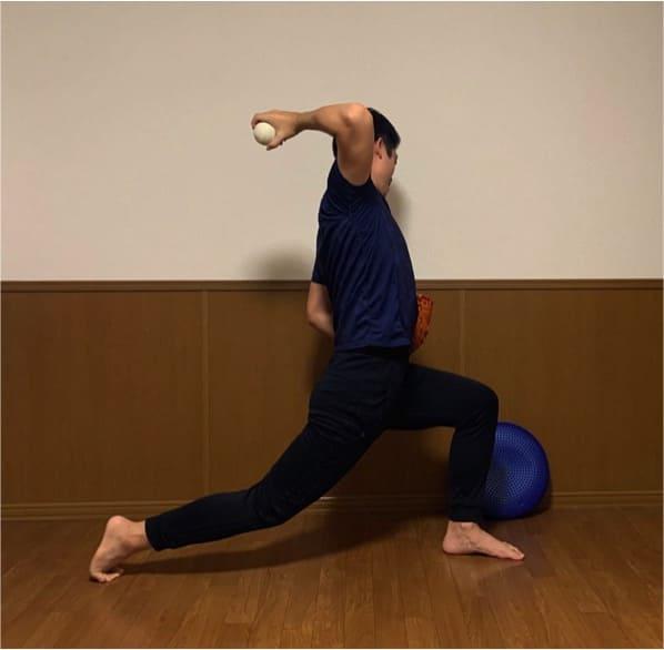 腕のしなりが生まれていると全身を使ったピッチング動作になり、キャッチャーにより近い位置でのボールリリースが可能になり、コントロールしやすくなります。