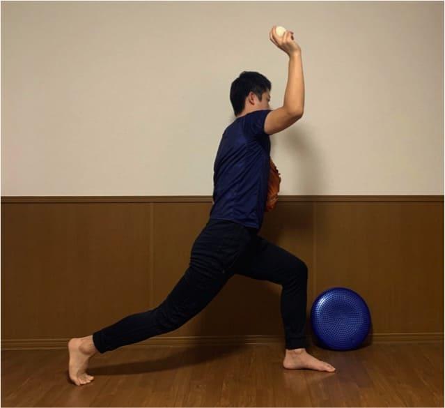 上体の回転につられて腕が出てきてしまうと、腕だけに頼ったリリースになり、ボールのコントロールもしにくくなります。また、このリリース動作は肘にかかる負担が大きく、球速も上がらないので必ず修正するようにしましょう。